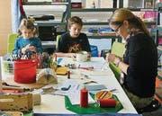 Im Lernwerk Euregio dürfen die Schüler viel basteln und mit Lernmaterialien arbeiten. Lehrerin Petra Hartmann betreut sie dabei. (Bild: pd)