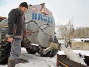 Lohnunternehmer Christof Lehmann lässt das zuvor aus der Lützelmurg abgepumpte, verschmutzte Wasser in die ARA laufen. (Bild: Olaf Kühne)