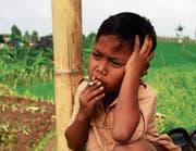 Dihan Awalidan, bei Aufnahme des Bildes sieben Jahre alt, raucht seit seinem dritten Lebensjahr. (Bild: Rezza Estily/Getty (Garut, 16. Februar 2015))