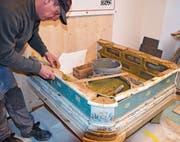 Im Turmhof-Museum: Hafner Roger Pernet arbeitet am historischen Ofen. (Bild: Margrith Pfister-Kübler)