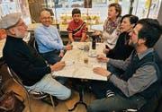 Theatergruppe Korn mit Leiter Peter Zimmermann (links) bespricht die letzten Details. (Bild: Reto Martin)