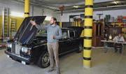 Es geht auch ohne Hammer. Stefan Müller versteigerte als Gantrufer den Rolls-Royce «Silver Shadow» für 5700 Franken. (Bild: Michael Hug)
