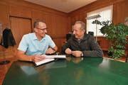 Stadtschreiber Roland Huser und Stadtpräsident Martin Salvisberg in dessen Büro. Sicher ist, dass Huser sich nicht zur Wahl stellen wird. (Bild: Manuel Nagel)