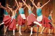 Konzentriert und dennoch spielerisch leicht präsentieren Mädchen ihre Tanznummer. (Bild: Christof Lampart)