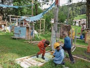 Auch am Abschlussfest der Kinderbaustelle bauen die Kinder noch fleissig. Miranda Diggelmann