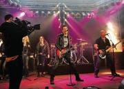 Aus der Produktionshalle wird eine Livebühne: Videodreh in Münchwilen. (Bild: Nana Do Carmo)
