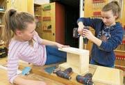 Zwei Sekundarschülerinnen arbeiten an einem neuen Zuhause für Fledermäuse oder Mauersegler. (Bild: PD)
