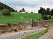 Der Felsen wird maschinell abgetragen, um Raum zu schaffen für den Anschluss Dietfurt der Umfahrung Bütschwil. (Bilder: Martin Knoepfel)
