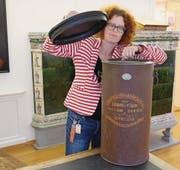 Christelle Wick, Kuratorin des Toggenburger Museums, zeigt ein erhaltenes Exemplar des Selbstkochers. (Bild: Serge Hediger)