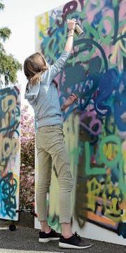 Mit Spraydosen liessen die Jugendlichen Kunstwerke entstehen. (Bild: Corinne Hanselmann)