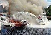 In den meisten Fällen kommt die Rorschacher Seerettung in ihrem Gebiet alleine zum Einsatz. Beim Brand im Altenrheiner Jägerhaus-Hafen vor dreieinhalb Jahren bezwangen Seerettung und Feuerwehr die Flammen gemeinsam. (Bild: Rudolf Hirtl (6. Juni 2014))