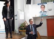 Bundesrat Ignazio Cassis erhielt von Kantonsratsvizepräsidentin Imelda Stadler (Lütisburg) ein Exemplar der druckfrischen Toggenburger Wanderkarte überreicht.