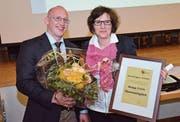 Präsident David Jenni gratuliert Sonja Felix und übergibt ihr Blumen und Auszeichnung. (Bild: Christoph Heer)