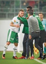Marco Aratore lässt sich nach seinem Tor gegen Basel an der Seitenlinie feiern. (Bild: Benjamin Manser)