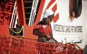 Migranten beim Verlassen der «Prudence». Das Schiff der Ärzte ohne Grenzen patrouilliert vorläufig nicht mehr im Mittelmeer. (Bild: Cesare Abbate/AP (Salerno, 14. Juli 2017))