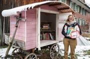 Delila Müller vor ihrem Bücherwägeli «s'Rösli». (Bild: Maya Heizmann)
