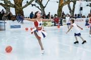 Die jüngeren Mitglieder des Eislaufvereins eröffnen die Show mit einer Kür zu Musik aus dem Disney-Hit «High School Musical». (Bild: Corina Tobler)