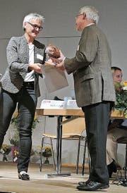 KAHLV-Präsidentin Helen Rutz übergibt die gestrickten Salamirädchen an den St. Galler Erziehungsrat Urs Blaser. (Bild: PD)