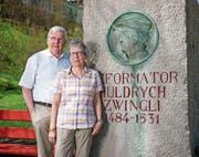 Marcel und Yvonne Steiner beim Zwingli-Denkmal in Wildhaus, wo sie ihre Wanderungen starteten. (Bild: PD)