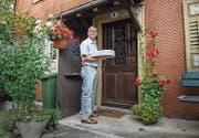 Roland Alber wartet vor der Haustür einer Kundin. (Bild: Andrea Stalder (Andrea Stalder))