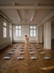 Bodeninstallation mit 28 der 37 Bücher, die Tine Melzer für die Ausstellung herstellte. (Bild: Benjamin Manser)