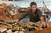 Stefan Egger überprüft in seinem Dorfladen Landbueb das Sortiment an Weinflaschen. (Bild: Reto Martin)