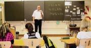 «Was ist Islam?», fragt Imam Rehan Neziri die Viertklässler. Unterrichtsstunde gestern in einem Kreuzlinger Primarschulzentrum. (Bild: zVg)