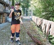 Elias Eigenmann gefallen die auffällig leuchtenden, orangen Arbeitshosen. (Bild: Yvonne Aldrovandi-Schläpfer)