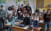 Schulprojekt für einen guten Zweck: Die 6. Klasse Buchserbach mit Klassenlehrer Alberto Söylemez. (Bilder: Armando Bianco)