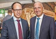 Marc Mächler und Adrian Hasler (rechts) pflegten beim Besuch an der Wiga den grenzüberschreitenden Austausch. Bild: Albert Mennel