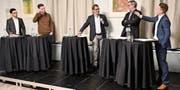 Die No-Billag-Befürworter Sascha Schmid und Lukas Weinhappl diskutieren unter der Leitung von Roger Fuchs mit den Gegnern André Moesch und Yves Noël Balmer. (Bild: CAL)