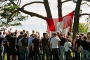 Schweizer Rechtsextreme zelebrieren den Rütlischwur. (Bild: SIGI TISCHLER (KEYSTONE))