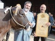 Ernst Lenherr durfte den Wanderpreis fürs beste Mutter-Tochter-Paar entgegennehmen.