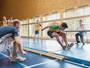 Bei der Rekrutierung wird die körperliche Fitness der jungen Leute getestet. (Bild: Gaetan Bally/KEY)