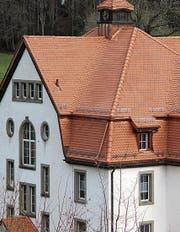 Das neugedeckte Dach des Schulhauses Wilen. (Bild: pe)