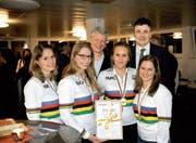 Die WM-Vierer mit den Gemeindepräsidenten Hans Mäder (hinten Mitte) und Kurt Baumann. (Bild: Urs Nobel)