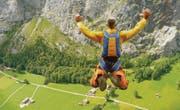Der Sprung als attraktive Metapher: Basejumper Andreas Dachtler in einer Szene aus dem Dokumentarfilm «Freifall – eine Liebesgeschichte». (Bild: pd/Ican Films)