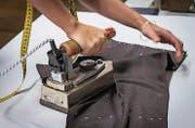 Mit dem sechs Kilogramm schweren Bügeleisen «dressiert» Eva Bräutigam die Anzughose in ihre Passform. (Bild: Reto Martin (Reto Martin))