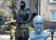 Soldaten der sogenannten Donezker Volksrepublik während eines Gefangenenaustausches in der Nähe von Donezk. (Bild: Alexander Ermochenko/Getty (Oleksandrowka, 20. Februar 2016))
