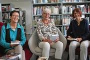 Die Projektverantwortlichen Ruth Schlauri (rechts) und Daniela Lütolf (Mitte). Links: Irène Häne, Leiterin der Stadtbibliothek Wil. (Bild: unknown)