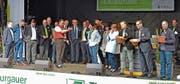 Zwei Dutzend Thurgauer Prominente jodeln mit Hannes Inauen zur Eröffnung der 66. Wega auf der TKB-Bühne. (Bild: Mario Testa)