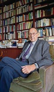 Hans-Dietrich Genscher in seiner Bibliothek auf einer Aufnahme von 2014. (Bild: ap/Martin Meissner)