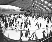 Hochbetrieb in der neu eröffneten Eishalle. (Bilder: Festschrift zur Einweihung 1978)