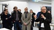 Architekt Peter Trachsler erläutert den SIA-Mitgliedern nach dem Gespräch im Rathaus den TKB-Neubau. (Bild: Werner Lenzin)