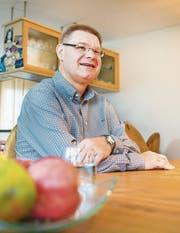René Zweifel sitzt daheim am Küchentisch. Er freut sich, bald wieder arbeiten zu dürfen (Bild: Andrea Stalder)