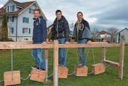 Benjamin Fust, Vertreter Jawin, Lukas Fust, Gemeinderat, und Max Keller, Leiter Werkhof, versuchen sich bei den hängenden Balancierklötzen. (Bild: Beat Lanzendorfer)