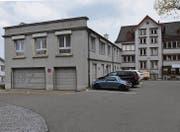 Das ehemalige Polizeigebäude an der Poststrasse gehört der Gemeinde Herisau. Die benachbarten Liegenschaften der AG für städtisches Wohnen. (Bild: cal)