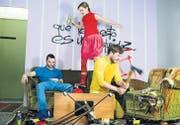 Da geht die Post ab: Dominik Wolfinger, Lara Stoll und Cyrill Oberholzer machen aus ihrem Studio lustvoll Kleinholz. (Bild: Coralie Wenger)