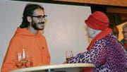 Vereinspräsident Dominik Stillhard im Gespräch mit einer Anwohnerin während des Apéros. (Bild: Rahel Haag)
