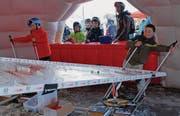 Nach dem Skirennen durften die Kinder im Village nach Herzenslust spielen, wie zum Beispiel am Tischslalom von Swiss Ski. (Bild: Christiana Sutter)